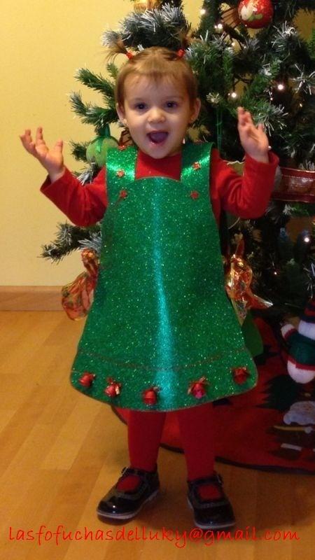emma con disfraz de campana de navidademma with a christmas bell custom