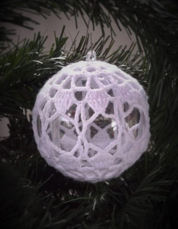 A horgolt karácsonyi gömbök ékes díszei lehetnek a fának.Az átlátszó akril gömbre horgolt karácsonyi díszek 5 színben és sok mintával kaphatóak áruházunkban