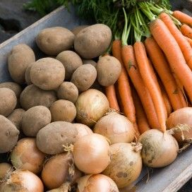 Bak met aardappelen, uien en wortelen. Download de teeltkalender op landleven.nl