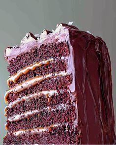 Esta receita de bolo de chocolate e caramelo salgado em 6 camadas é um desafio: trabalhosa mas sensacional. A mistura de sabores é incrível - veja receita!