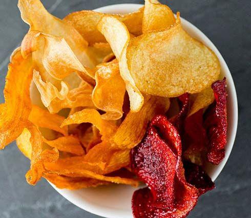 Jordskokk, gulrot, pastinakk, sellerirot, potet og rødbeter egner seg godt til grønnsakschips. Se Lise Finckenhagens oppskrift her!