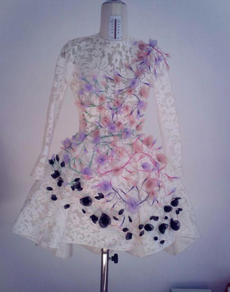 rochie de mireasa brodata cu trandafiri tridimensionali din organza