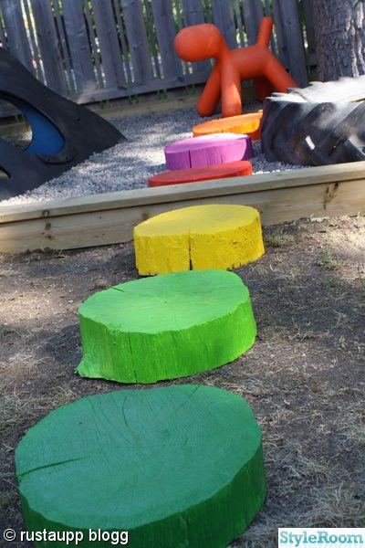 Een leuk gekleurd pad naar de zandbak is zo gemaakt. Een blok hout, een zaag en felle kleurtjes verf...klaar is kees!