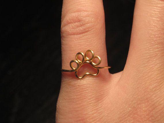 Seleziona tuo anello taglia e colore questo anello è così adorabile!! È fatto a mano e filo avvolto in questo anello stampa zampa minuscolo. Esso viene avvolto al vostro formato dellanello e completa con due piccoli anelli nella parte posteriore. Essa sarà adorabile come un anello di stinco o un anello di dimensioni normali!  Esso è piccolo, leggero e un piccolo anello semplice per gli amanti degli animali! Selezionare il formato dellanello e colore se siete incerti ON formati, selezionare…