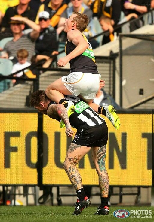 Jack Riewoldt about to take a screamer courtesy of Dane Swan's shoulders