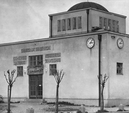 Bývalá radnica, Prievoz, architekti Karl Christian Ludwig a Augustín Danielis (tiež Manderla), reliéfy Alojz Riegele
