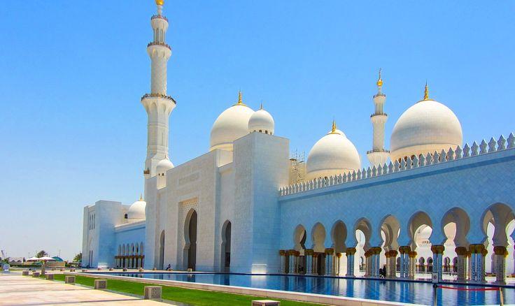 Moschea dello sceicco Zayed ad Abu Dhabi negli Emirati Arabi uniti , realizzata tra la fine degli anni 90 e il 2007, a differenza delle altre moschee è aperta al pubblico e quindi visitabile. Una delle più grandi al mondo è una vera e propria opera d'arte, con le sue 80 cupole, lampadari placcati d'oro 24 carati e il tappeto annodato a mano più grande del mondo  La prima cerimonia ufficiale è stato il funerale dello sceicco Zayed.