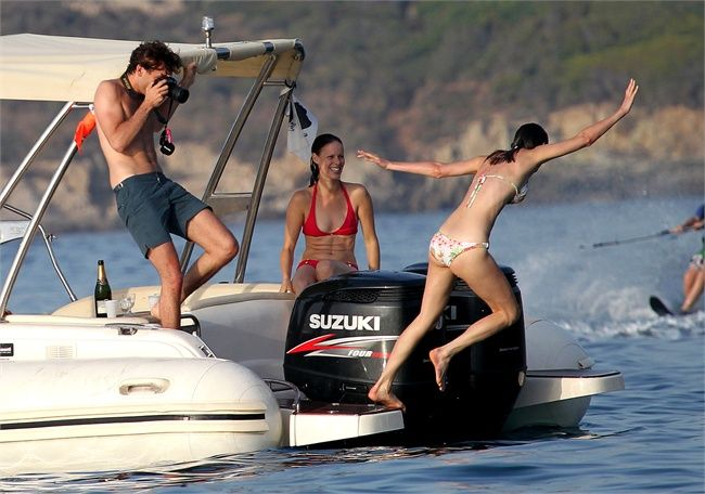Mika with Ida and Yasmine on vacation in Corsica