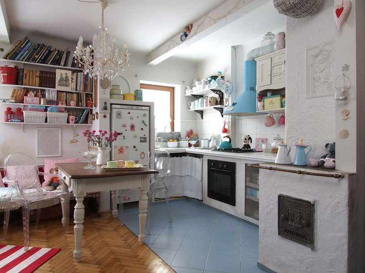 <p>W kuchni wiejska prostota przyjaźni się z pałacową elegancją. W symbiozie żyją kropki, paski i kratki. A wszystko doprawione kolorami, które lubią nie tylko małe dziewczynki</p>
