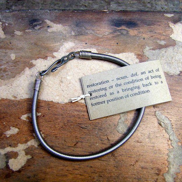 Esta pulsera de cuerda reciclada. | 25 regalos únicos que los amantes de la…
