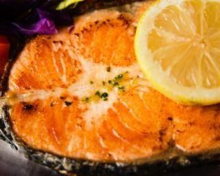 Darnes de saumon au citron et à la moutarde du régime Miami : http://www.fourchette-et-bikini.fr/recettes/recettes-minceur/darnes-de-saumon-au-citron-et-la-moutarde-du-regime-miami.html