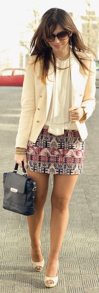 falda corta estampada - camisa en blanco & blazer en crema - beige