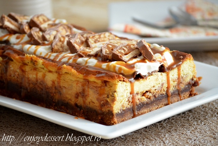Snickers Cheesecake - Prajitura cu branza si batoane snickers