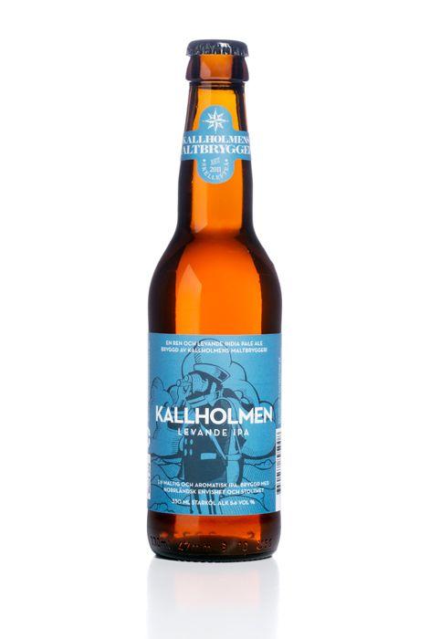 Levande IPA / IPA är idag ölet på allas läppar. Den bryggdes traditionellt för att klara de långa sjöresorna mellan England och Indien, eftersom den tålde en längre tid på fat än traditionell ale utan att bli dålig. De höga humlegivorna ger ölet en tydligt aromatisk kvalité, men aromerna är också väldigt flyktiga. Därför har trenden med lång förvaring idag vänt, och vi dricker helst vår IPA så färsk som möjligt. Det första intrycket när man häller upp den är en kådig doft från humlen. Ölen…