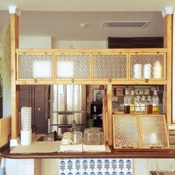 """キッチンカウンターの上に、「ディアウォール」を2セット使って棚を作ったアイデア。調味料や食器の""""見せる収納""""が実現。賃貸であきらめていた方も、これならカフェ風キッチンも夢じゃありません。"""