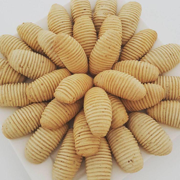 Hayirli aksamlar arkadaslar cok kolay ve nefiss bir kurabiye tarifi ile geldim😀🙋 Fistik ezmeli kurabiye: 1 yumurta,125 gr yumusatilmis tereyagi,1 cay bardagi siviyagi,1 su bardagi pudra sekeri,2 yemek kasigi dolusu fistik ezmesi,alabildigi kadar un...(hamur kulak memesi yumusakliginda olucak.... Yapilisi:once yumurta,tereyagi,pudra sekeri,zeytinyagini bir karistiriyoruz daha sonrasinda diger malzemeleride beraberce yogurup yumusak hamur elde ediyoruz... Hamurdan kucuk parcalar koparilarak…