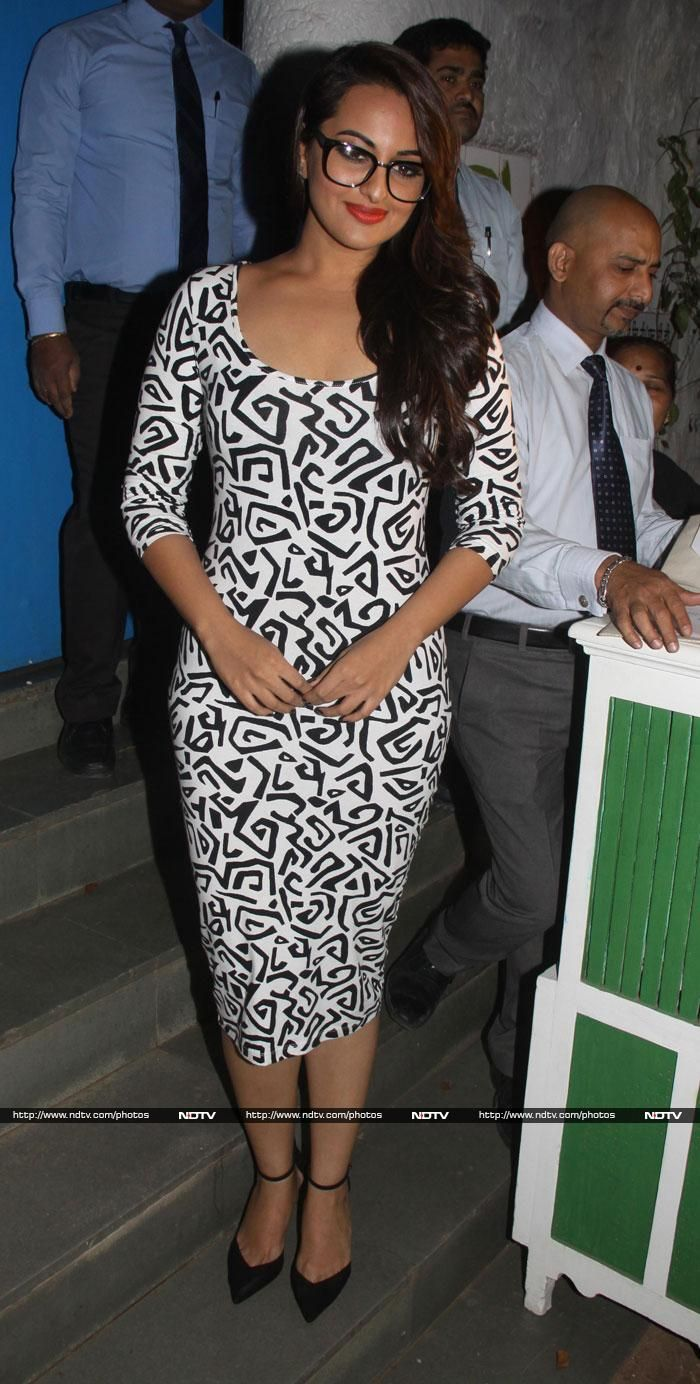 Sonakshi Sinha celebrated the success of R...Rajkumar with the rest of the cast and crew in Mumbai on December 14, 2013. She wore a black and white Nikhil Thampi dress and glasses. http://ndtv.in/1fylhrH