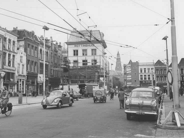 Grote Markt zuidzijde gezien naar het westen met een Volkswagen Kever en een motorbakfiets van stomerij Palthe, 1958