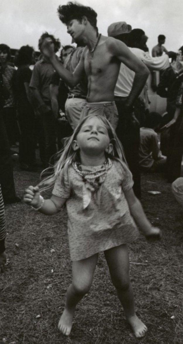 Cette petite fille qui danse à Woodstock.   23 photos qui prouvent que le style, c'était mieux avant