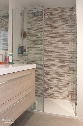 Para el baño en suite se eligieron acabados cálidos, tanto en los azulejos como en el mobiliario.