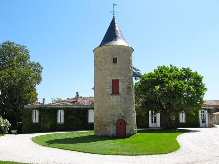 Envie de découvrir le Château Latour Martillac? Il vous suffit de réserver votre visite sur Wine Tour Booking