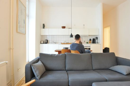 """Zu Besuch bei Andreas >> """"Ich habe viele Jahre in Karlsruhe gelebt und bin dort vor zwölf Jahren mit meinem Freund zusammengekommen, mit dem ich heute auch in Berlin zusammenlebe. In Karlsruhe war damals der Wohnungsmarkt entsetzlich. Dann kam noch eine sehr begehrte Elite-Uni dazu und es wurde dadurch noch schwieriger, eine Wohnung zu finden, weil zahlreiche zugezogene Studenten auch suchten..."""" #is24zubesuch #roomtour #homeportrait"""