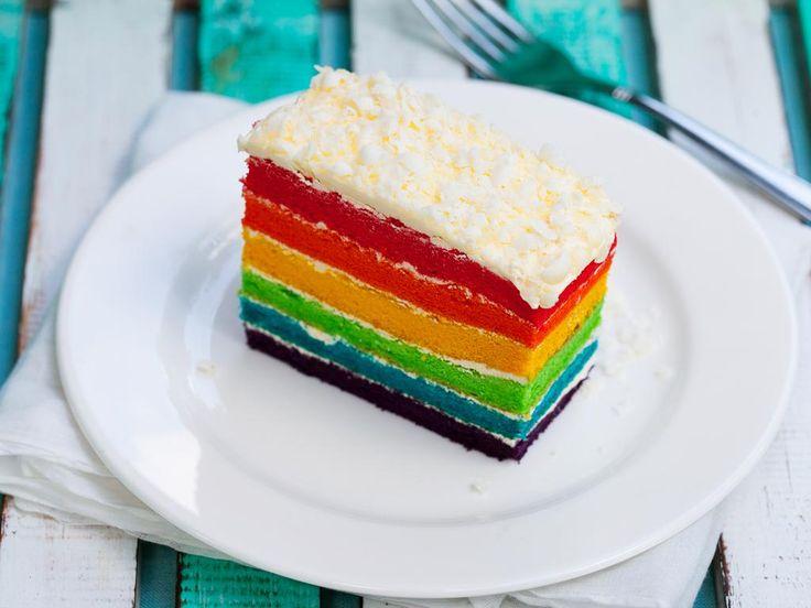 Ein Kuchen, der innen bunt ist wie ein Papagei, kommt auf jeder Tafel gut an. Das Rezept für Papageienkuchen finden Sie hier!