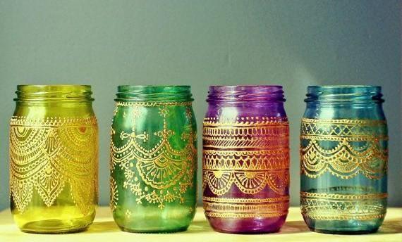 Las lámparas estilo árabe son de los objetos decorativos más tradicionales dentro de muchos estilos orientales. Si quieres tener una lámpara árabe en casa, sigue estos simples pasos para hacerla tú misma. MaterialesUn frasco de vidrio con boca anchaPiedras de vidrio o cristal Pegamento de silicónP