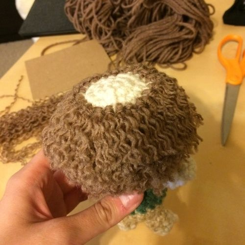 Amigurumi Curly Hair Tutorial - Step by Step here: http://amiguru.tumblr.com/post/84454254398/doll-hair-tutorial-bilbo-edition
