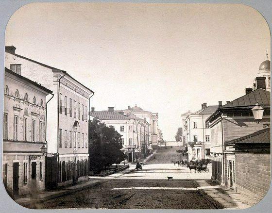 Näkymä Unioninkatua pitkin pohjoiseen vuonna 1870. Keskellä Esplanadi, taka-alalla yliopiston päärakennus ja Tuomiokirkon kellotorni.