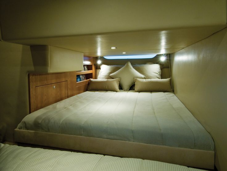 Riviera 3600 Sport Yacht Bedroom