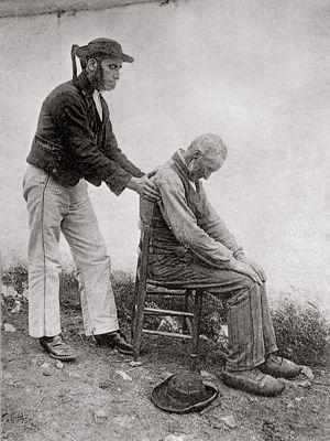 Soigner par les mains, comme ici en Bretagne au début du XXesiècle, est une tradition très ancienne. Une approche où se mêlent ésotérisme e...