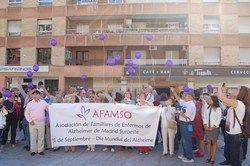 Suelta de globos solidarios con el Alzheimer en la Plaza del Ayuntamiento