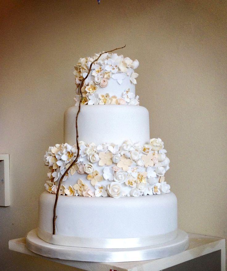 Lush golds, creams and peach wedding cake
