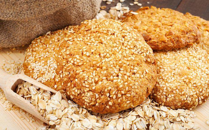 Olabildiğince az un, fındık içi ve susamın yanı sıra yulaf ilavesiyle hazırlanılan tereyağlı ve susamlı kurabiyeler, ağızda dağılıyor.