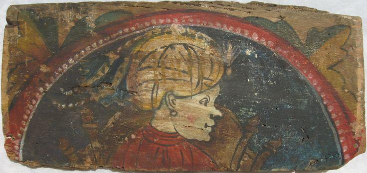 • TAVOLA VII cm 43 x 20,5 x 2,5 MORO DI PROFILO CON ORECCHINO Il legno del retro è molto fragile e tarlato, la pellicola pittorica si presenta solida e aderente alla sottilissima imprimitura. Moro di profilo verso destra, caratterizzato da naso camuso, con turbante ornato di piume di fagiano e gioiello frontale, orecchino a cerchio. Dietro la figura, una cinta muraria con quattro minareti o trono moresco con spalliera. Sul mento si intravede il disegno di una barba che, come per un…