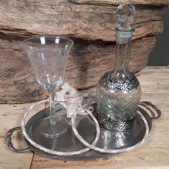 Σετ κουμπάρου για γάμο αποτελούμενο από δίσκο κασσίτερο οβάλ, γυάλινο ποτήρι κρασιού, γυάλινη καράφα με μεταλλικές λεπτομέρειες και χειροποίητα στέφανα γάμου από δαντέλα.Η πρόταση αυτή είναι ενδεικτική του NEDAshop.gr και μπορεί τα τροποποιηθεί όπως εσείς θέλετε ή μπορείτε να δημιουργήσετε το δικό σας εξαρχής στις υποκατηγορίες του γάμου.http://nedashop.gr/gamos/set-gamoy/set-koymparoy-diskos-kassitero-pothri-karafa-stefana-dantela