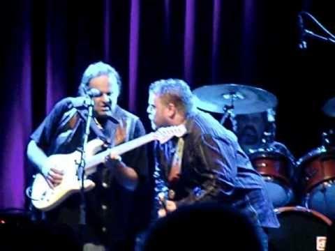 Walter Trout en Danny Bryant Guitarbattle in de Waerdse Tempel - YouTube