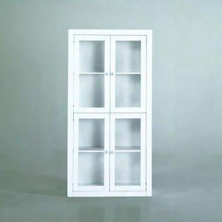 Vitrina para Salón o cocina lacado en blanco está compuesta por una vitrina de cuatro puertas fabricado el esterior en MDF lacado blanco e interiormente en madera maciza alistonada de pino con tiradores en color plata.
