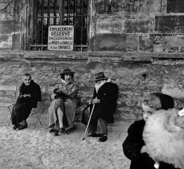 Robert Doisneau // Jardin des Plantes, Paris, 1952. ( http://www.gettyimages.co.uk/detail/news-photo/group-with-a-kid-in-the-gardens-of-paris-news-photo/121516220
