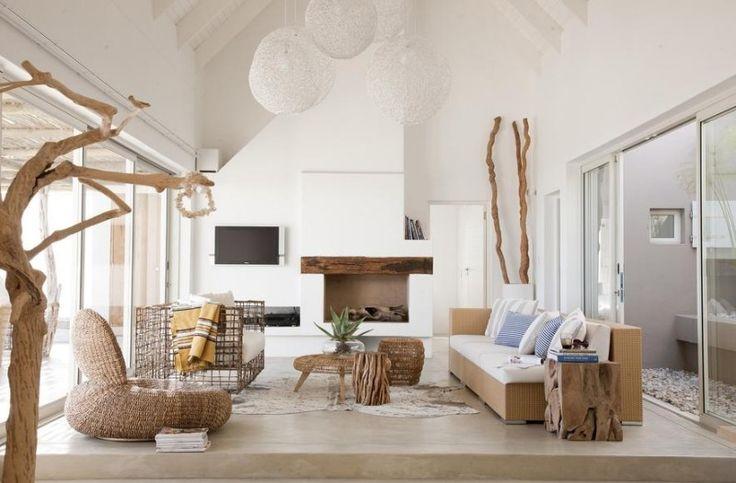 Wohnzimmer mit Rattan-Möbeln und rustikaler Dekoration