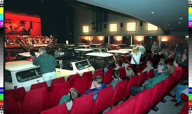 Een leuk nieuwsbericht van 20 jaar geleden.  In december 1995 stond Theater Buitensoos (toen nog een bioscoopzaal) vol met mini's. De zaal was omgebouwd tot drive in bioscoop ter promotie van de nieuwste James Bond film.
