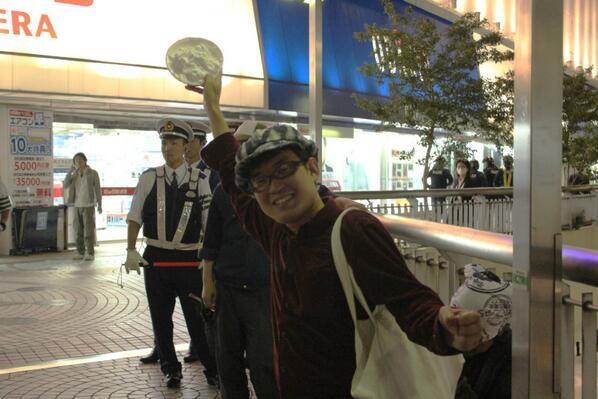 5.19新大久保にて(7) かいちょーさんにパイ投げるつもりでずっと片手にこれを持っていらした木野@Kino_Toshiki さん