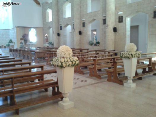 http://www.lemienozze.it/gallerie/foto-fiori-e-allestimenti-matrimonio/img27314.html Vasi con fiori per il matrimonio bianchi utilizzati per l'allestimento della chiesa