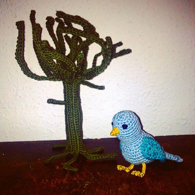 Hæklet fugl og træ