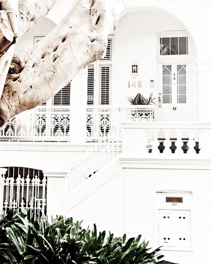 ❘❘❙❙❚❚ MOTHERS DAY SALE ❚❚❙❙❘❘   I fell in love with this stunning corner house in Paddington, Sydney. So crisp and white. I can only imagine the