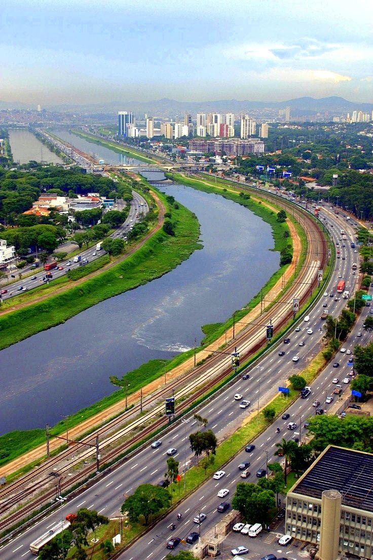 Rio Pinheiros e Avenida Marginal do Pinheiros. São Paulo, SP, Brasil.