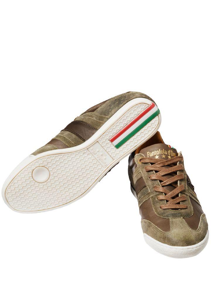 PANTOFOLA SNEAKER IMOLA STAR UOMO. An den Füßen italienischer Profifußballer ist der Pantofola D'Oro groß und berühmt geworden. Und viele von ihnen schwören heute noch auf den erstklassigen Ledersneaker, weil er hochwertig verarbeitet ist und – so sagt man – ein einmaliges Ballgefühl verspricht. Und waren die Stollen abgelaufen, wurde er schlichtweg als Straßenschuh getragen. Das machen Sie mit dem Imola von Beginn an.