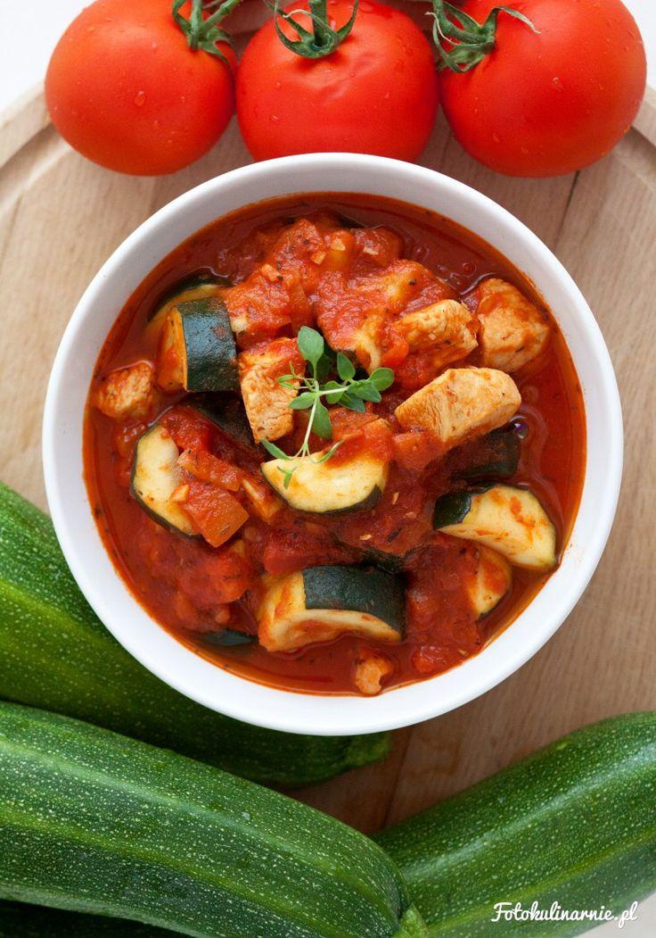<p>Ostra potrawka z kurczaka, cukinii, pomidorów, cebuli i czosnku. Doprawiona słodką i ostrą papryką i dużą ilością ziół.</p>