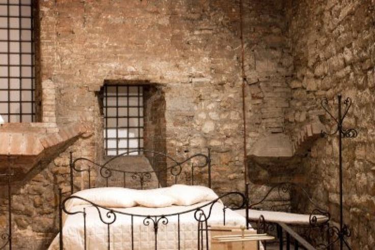 Vista de un dormitorio medieval, Perugia - Italia Foto de archivo